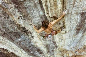 chris_sharma_climbing_in_yangshuo_china-e1451325455946